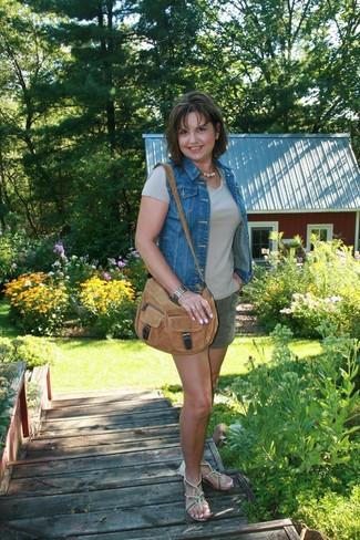 How to wear: blue denim vest, beige crew-neck t-shirt, dark green shorts, beige embellished leather thong sandals