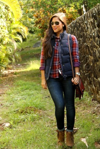 Nail glam in a dark blue quilted vest and navy blue skinny jeans. Throw in a pair of brown suede booties to va-va-voom your outfit.