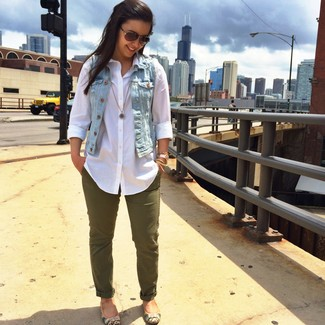 How to wear: light blue denim vest, white dress shirt, olive tapered pants, tan leather ballerina shoes