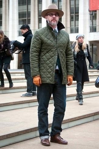 Pour une tenue de tous les jours pleine de caractère et de personnalité porte une veste à col et boutons matelassée olive et un jean bleu marine. Habille ta tenue avec une paire de des bottes habillées en cuir marron foncé.