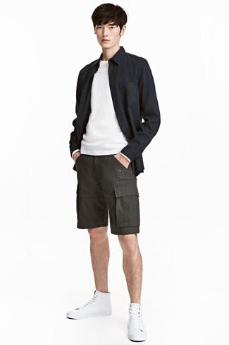 fa429ce32e2b3 Tenue  Veste-chemise noire, Pull à col rond blanc, Short gris foncé,  Baskets montantes en cuir blanches   Mode hommes