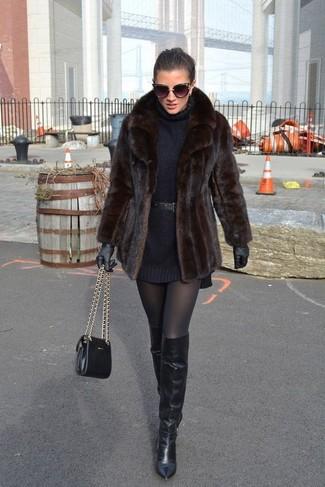 Pense à harmoniser une veste de fourrure brune foncée avec des gants en cuir noirs Carolina Amato pour voler la vedette. Jouez la carte décontractée pour les chaussures et opte pour une paire de des cuissardes en cuir noires.