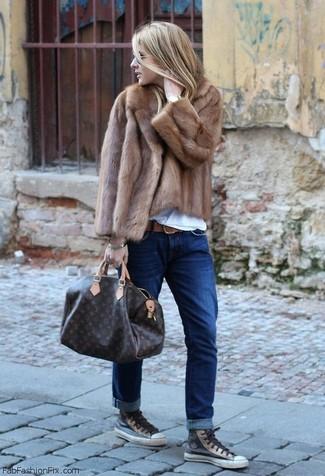 Harmonise une veste de fourrure brune avec un bracelet doré pour dégager classe et sophistication. Jouez la carte décontractée pour les chaussures et opte pour une paire de des baskets montantes en cuir gris foncé.