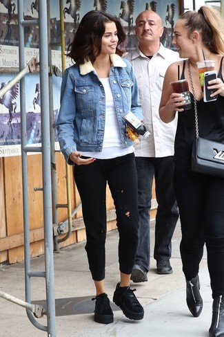Essaie d'harmoniser une veste en jean bleue avec un pantalon de jogging noir pour créer un look génial et idéal le week-end. Transforme-toi en bête de mode et fais d'une paire de des baskets basses en daim noires New Balance ton choix de souliers.