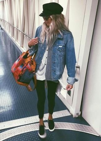 Choisis pour le confort dans une veste en jean bleue et des leggings noirs. D'une humeur audacieuse? Complète ta tenue avec une paire de des baskets basses noires Christopher Kane.