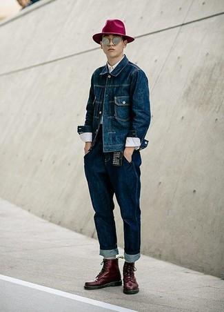 Pense à opter pour une veste en jean bleu marine et un jean bleu marine pour une tenue confortable aussi composée avec goût. D'une humeur créatrice? Assortis ta tenue avec une paire de des bottes de loisirs en cuir bordeaux.