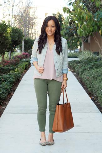 Tenue: Veste en jean bleu clair, Top sans manches en soie rose, Jean skinny olive, Ballerines en daim imprimées léopard beiges