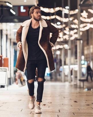 Tenue: Veste en peau de mouton retournée brune, T-shirt à col rond noir, Jean déchiré noir, Chaussures de sport beiges