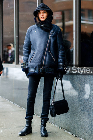 Pense à opter pour une veste en peau de mouton retournée noire et des gants en cuir noirs femmes Carolina Amato pour une tenue raffinée mais idéale le week-end. Complète ce look avec une paire de des bottines en cuir noires.
