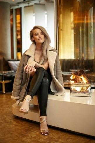 Pense à porter une veste en peau de mouton retournée brune et une pochette en cuir dorée femmes Saint Laurent pour achever un style chic et glamour. Complète ce look avec une paire de des sandales à talons en cuir dorées.