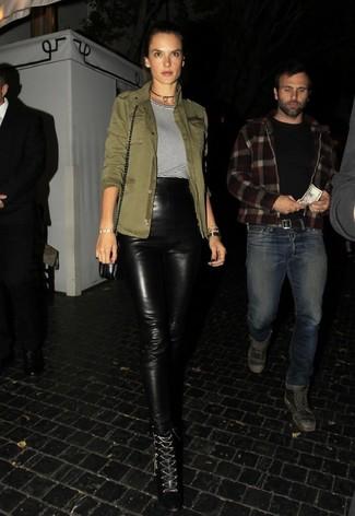Pense à porter une veste militaire olive et un pantalon slim en cuir noir Helmut Lang pour achever un look chic. D'une humeur audacieuse? Complète ta tenue avec une paire de des bottines à lacets en cuir noires.