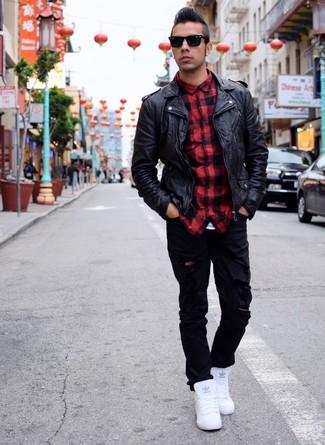 Pense à opter pour une veste motard en cuir noir et un jean déchiré noir  pour