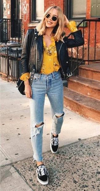 Porte une veste motard en cuir noire et un jean déchiré bleu clair pour un look confortable et décontracté. Complète ce look avec une paire de des baskets basses en daim noires femmes New Balance.