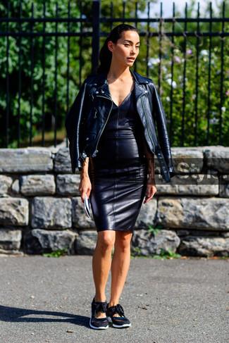 Ce combo d'une veste motard en cuir noire et d'une robe moulante en cuir noire attirera l'attention pour toutes les bonnes raisons. Une paire de des baskets basses noires Christopher Kane apportera un joli contraste avec le reste du look.