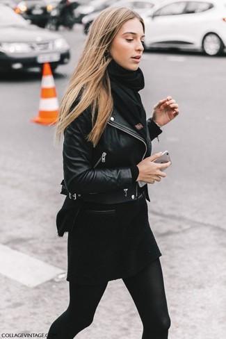 Opte pour le confort dans une veste motard en cuir noire et une écharpe noire femmes Helmut Lang.