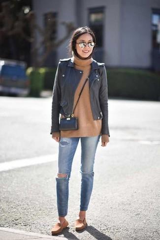 Comment porter: veste motard en cuir noire, pull à col roulé en laine marron clair, jean skinny déchiré bleu, espadrilles en daim marron clair