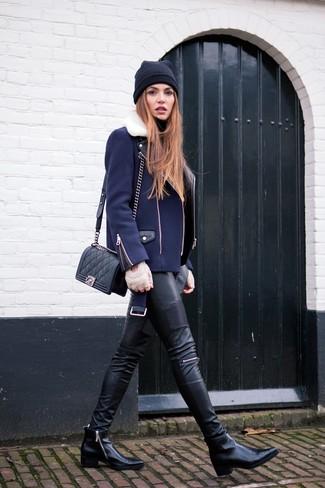 Essaie d'associer une veste motard bleue marine avec un pantalon slim en cuir noir pour une tenue confortable aussi composée avec goût. Une paire de des bottines en cuir noires est une façon simple d'améliorer ton look.