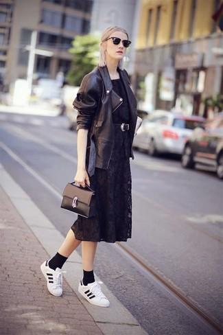 Tenue: Veste motard en cuir noire, Robe midi en dentelle noire, Baskets basses en cuir blanches et noires, Cartable en cuir noir