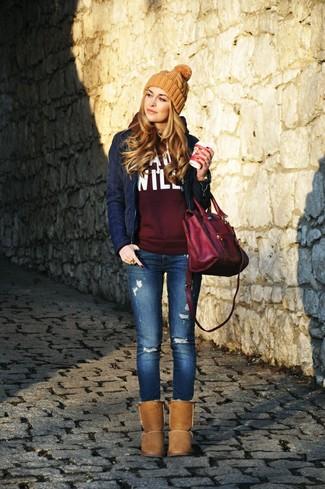 Opte pour une veste motard matelassée bleue marine avec un jean skinny déchiré bleu pour une impression décontractée. Si tu veux éviter un look trop formel, fais d'une paire de des bottes ugg brunes ton choix de souliers.