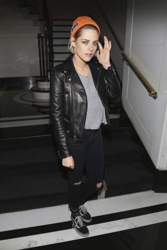 Ce combo d'une veste motard en cuir noire et d'un jean skinny déchiré noir dégage une impression très décontractée et accessible. Termine ce look avec une paire de des baskets basses en toile noires Toms.