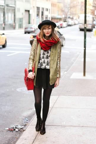 Comment porter: veste pailletée dorée, pull à col rond en jacquard blanc et noir, jupe patineuse noire, bottines en cuir noires