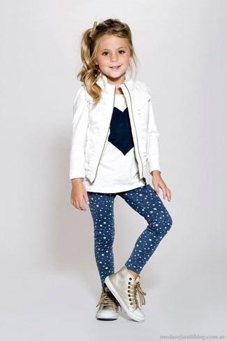 Comment porter: veste sans manches blanche, t-shirt à manche longue imprimé blanc, leggings à étoiles bleu marine, baskets dorées