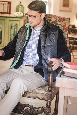Associe un blazer en velours noir Alexander McQueen avec un pantalon chino beige pour créer un look chic et décontracté.