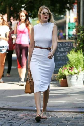 Cómo combinar: vestido ajustado blanco, sandalias de dedo de cuero con print de serpiente en beige, bolsa tote de cuero marrón claro, correa de cuero marrón