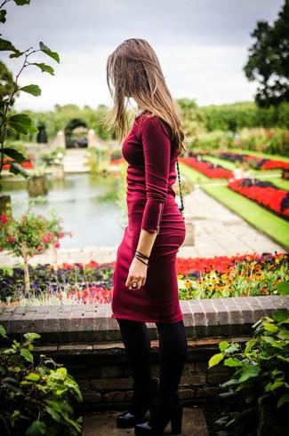 Haz de un vestido ajustado burdeos tu atuendo para una vestimenta cómoda que queda muy bien junta. Botines de cuero negros levantan al instante cualquier look simple.
