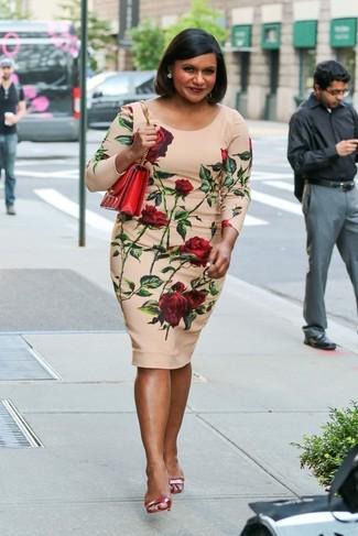 Look de Mindy Kaling: Vestido ajustado con print de flores en beige, Sandalias de tacón de cuero rojas, Bolso bandolera de cuero rojo