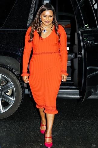 Cómo combinar: vestido ajustado de punto naranja, zapatos de tacón de cuero rosa, collar azul marino