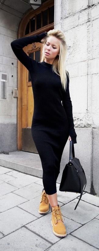 Cómo combinar: vestido ajustado de punto negro, botas planas con cordones de nubuck marrón claro, bolso de hombre de cuero negro