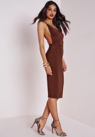 Cómo combinar: vestido ajustado en marrón oscuro, sandalias de tacón de cuero con print de serpiente grises, pulsera dorada