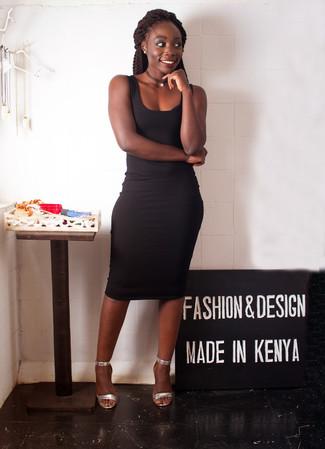 Cómo combinar: vestido ajustado negro, sandalias de tacón de cuero plateadas, gargantilla negra