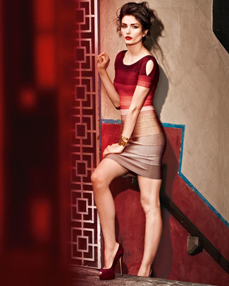 Cómo combinar: vestido ajustado ombre rojo, zapatos de tacón de ante burdeos, pulsera dorada