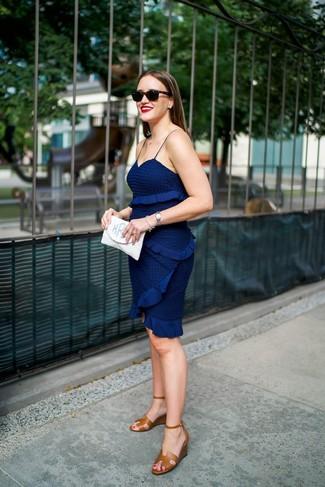 Cómo combinar: vestido ajustado de crochet azul marino, sandalias con cuña de cuero marrónes, cartera sobre blanca, gafas de sol negras