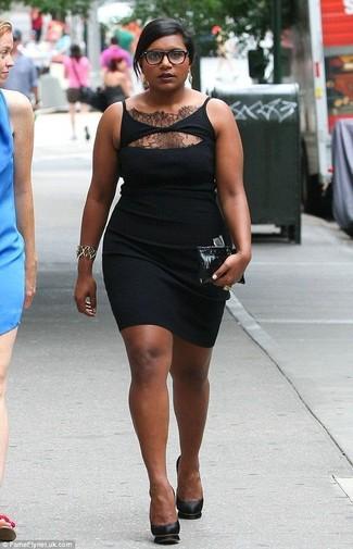 Cómo combinar: vestido ajustado de encaje negro, zapatos de tacón de cuero negros, cartera sobre de cuero negra, pulsera dorada