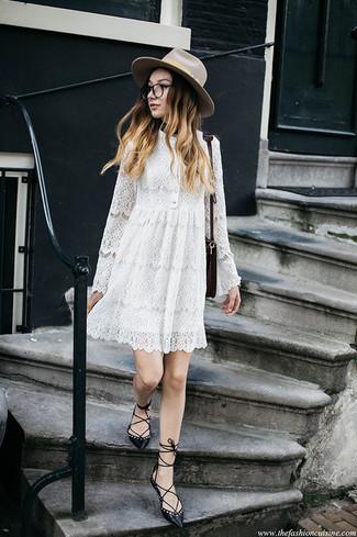 Cómo combinar: vestido amplio de encaje blanco, bailarinas de cuero negras, bolso bandolera de cuero burdeos, sombrero de lana en beige