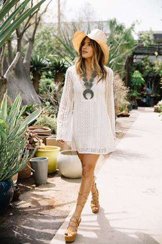 Cómo combinar: vestido amplio de encaje blanco, sandalias de tacón de cuero gruesas marrón claro, sombrero de paja en beige, collar con cuentas en turquesa