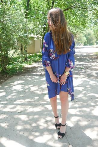 Cómo combinar: vestido amplio con print de flores azul, sandalias con cuña de lona negras, reloj dorado