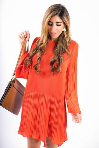 Cómo combinar: vestido amplio naranja, bolso bandolera de cuero marrón, pendientes naranjas