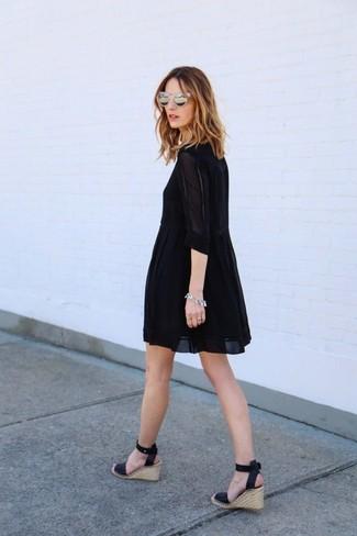 Cómo combinar: vestido amplio negro, sandalias con cuña de cuero negras, gafas de sol grises, pulsera plateada