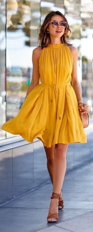 Cómo combinar: vestido amplio amarillo, sandalias de tacón de cuero marrónes, bolso bandolera de cuero en beige, gafas de sol rosadas