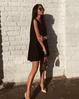 Cómo combinar: vestido amplio negro, zapatos de tacón de cuero blancos, bolso bandolera de cuero con adornos negro, gafas de sol en marrón oscuro