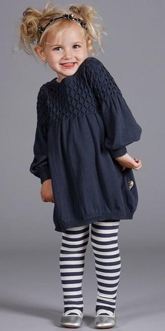 Cómo combinar: vestido azul marino, bailarinas plateadas, cinta para la cabeza negra, medias azul marino