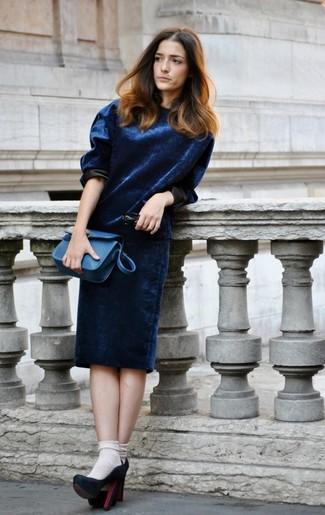 Vestido azul con zapatos nut