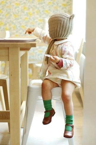 Cómo combinar: vestido blanco, bailarinas marrónes, gorro en beige, calcetines verdes