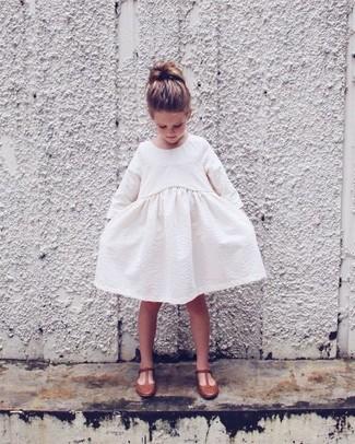 Cómo combinar: vestido blanco, bailarinas marrónes