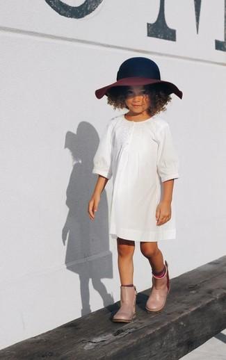 Cómo combinar: vestido blanco, botas de lluvia en beige, sombrero azul marino