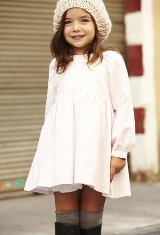 Cómo combinar: vestido blanco, botas de lluvia negras, gorro en beige, calcetines grises